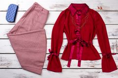 Ställer ut flott kläder för kvinnor på arkivbild