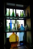 Ställer ut med vinflaskor Arkivbild