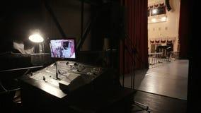 Stället av en solid tekniker bak platserna i teatern lager videofilmer
