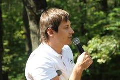 Ställföreträdande Dmitry Gudkov som talar på ett möte av aktivister i den Khimki skogen Arkivfoton