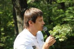 Ställföreträdande Dmitry Gudkov som talar på ett möte av aktivister i den Khimki skogen Royaltyfria Bilder