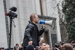 Ställföreträdande Pashinsky talar i megafonen på meetin Arkivfoto