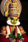 Ställing för hälsning för Kathakali kerala ser klassisk dansmän in mot dig royaltyfri fotografi