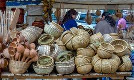Ställning av handcrafted korgar på en marknad arkivbild