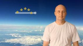 Ställning av 5 stjärnor på en faktisk skärm Mannen flyttar hans finger på den faktiska skärmen Mot en blå himmel med moln på arkivfilmer