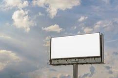 Ställning för annonsering, affischtavlapanel som förbiser stadsgatan, modellmellanrum fotografering för bildbyråer
