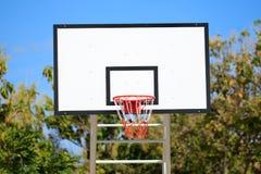 Ställning för basketbeslag på lekplatsen Arkivbild