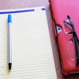 Ställning för fall för minnestavladator röd för minnestavla en stor tillbehör En detaljerad anteckningsbok och exponeringsglas Fö royaltyfria foton
