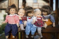 Ställning för fem uttrycksfull dockor Arkivfoto