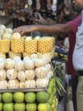 Ställning för fruktsaft för ny frukt Royaltyfri Bild