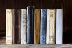 Ställning för gamla böcker i rad på trätabellen Fotografering för Bildbyråer