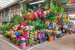 Ställning för konstgjorda blommor i inre av den historiska Bolhao marknaden Fotografering för Bildbyråer