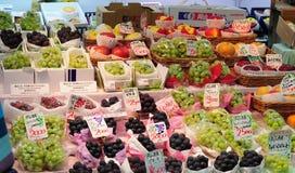 Ställning för marknad för ny frukt i osaka, Japan Royaltyfri Bild