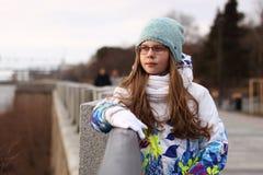 Ställning för tonårs- flicka nära balustraden och blick på floden Fotografering för Bildbyråer