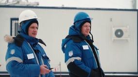 Ställning för två arbetare på gatan stock video