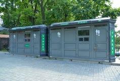 Ställning för två ny offentliga toaletter på gatan Arkivbild
