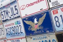 Ställning med den amerikanska registreringsskylten Royaltyfria Bilder