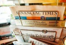 Ställning med den Financial Times tidningen Arkivfoton