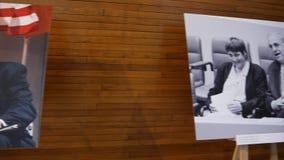 Ställning med fotoet av kanslern Helmut Kohl och Bill Clinton USA president, Francois Mitterrand och Angela Merkel stock video