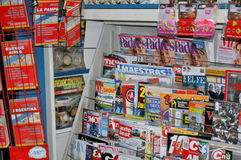 Ställning med pressen Tidskrifter tidning Arkivbild