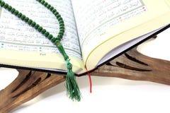 Ställning med Quran och radbandet Arkivbilder