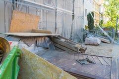 Ställning på ett gammalt hus för renovering Royaltyfri Fotografi