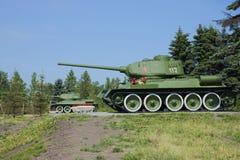 Ställning två T-34-85 på den minnes- Pulkovoen utomlands, St Petersburg Arkivfoto