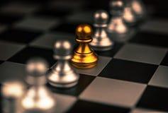 Ställning ut ur ett folkmassabegrepp Odd Chess Piece Arkivbild