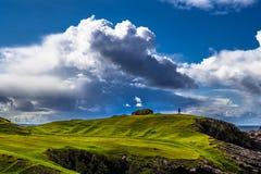 Ställningar för enkel person på The Edge av klippor på den spektakulära atlantiska kusten på den Clachtoll stranden nära Lochinve fotografering för bildbyråer