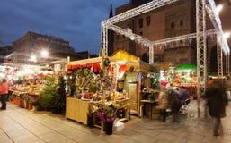 Ställningar med julgåvor i Barcelona Arkivbild