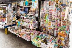 Ställningar med tidningar och tidskrifter på stadsgatan royaltyfria foton