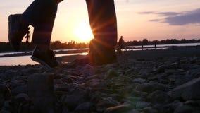 Ställningen på sockorna på vaggar för att kyssa grabben på solnedgången HD 1920x1080 långsam rörelse arkivfilmer