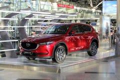 Ställningen som annonserar den nya bil`-Mazda `en på den Vnukovo för internationell flygplats Moskva - Juli 2017 Arkivfoto
