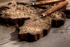 Stämjärn på ett kvarter av snidit trä med shavings Fotografering för Bildbyråer