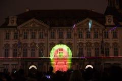 Stämma av diagram ljus videomapping på den gamla stadfyrkanten i Prague under festivalen 2016 för signalljus Arkivfoto