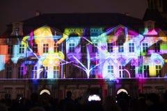 Stämma av diagram ljus videomapping på den gamla stadfyrkanten i Prague under festivalen 2016 för signalljus Royaltyfri Bild