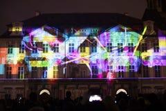 Stämma av diagram ljus videomapping på den gamla stadfyrkanten i Prague under festivalen 2016 för signalljus Arkivbild