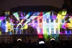 Stämma av diagram ljus videomapping på den gamla stadfyrkanten i Prague under festivalen 2016 för signalljus Royaltyfria Foton