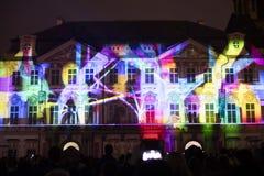 Stämma av diagram ljus videomapping på den gamla stadfyrkanten i Prague under festivalen 2016 för signalljus Royaltyfri Foto