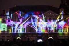 Stämma av diagram ljus videomapping på den gamla stadfyrkanten i Prague under festivalen 2016 för signalljus Royaltyfri Fotografi