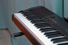 Stämmer upp elektroniskt syntslut musikaliska instrument Arkivfoton