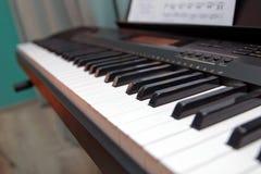 Stämmer upp elektroniskt syntslut musikaliska instrument Fotografering för Bildbyråer