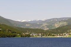 Stämningsmättad sikt av Nederland, Colorado, över inkastaren Reservoir Royaltyfri Foto