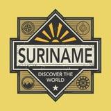 Stämpel- eller tappningemblemet med text Surinam, upptäcker världen Royaltyfri Foto