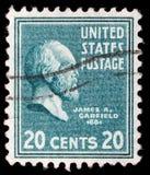 Stämpel som skrivs ut i Förenta staterna Visar en stående av av James Abram Garfield royaltyfria foton