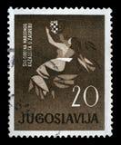 Stämpeln skrivev ut i Jugoslavien som var hängiven till årsdag 100 av den kroatiska nationella teatern i Zagreb Royaltyfri Bild