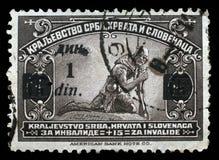Stämpeln skrivev ut i kungarike av Serbien, Kroatien och Slovenien för fördelen av ogiltiga soldater Arkivbild
