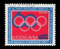 Stämpeln som skrivs ut av Jugoslavien, är hängiven till den 60th årsdagen av den olympiska kommittén Royaltyfri Foto