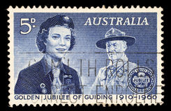 Stämpeln som skrivs ut i Australien, visar flickscouten och Lord Baden-Powell Royaltyfri Bild
