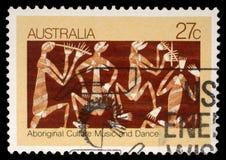 Stämpeln som skrivs ut i Australien, visar infödd kultur, musik och dans arkivfoton